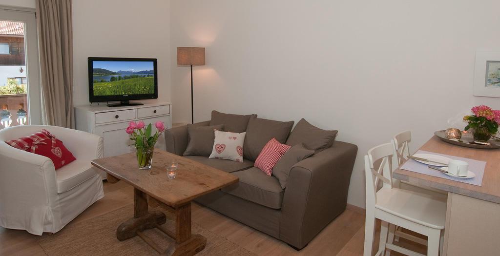bild sitlvoll und modern eingerichtetes wohnzimmer zu mein landhaus in bad wiessee. Black Bedroom Furniture Sets. Home Design Ideas