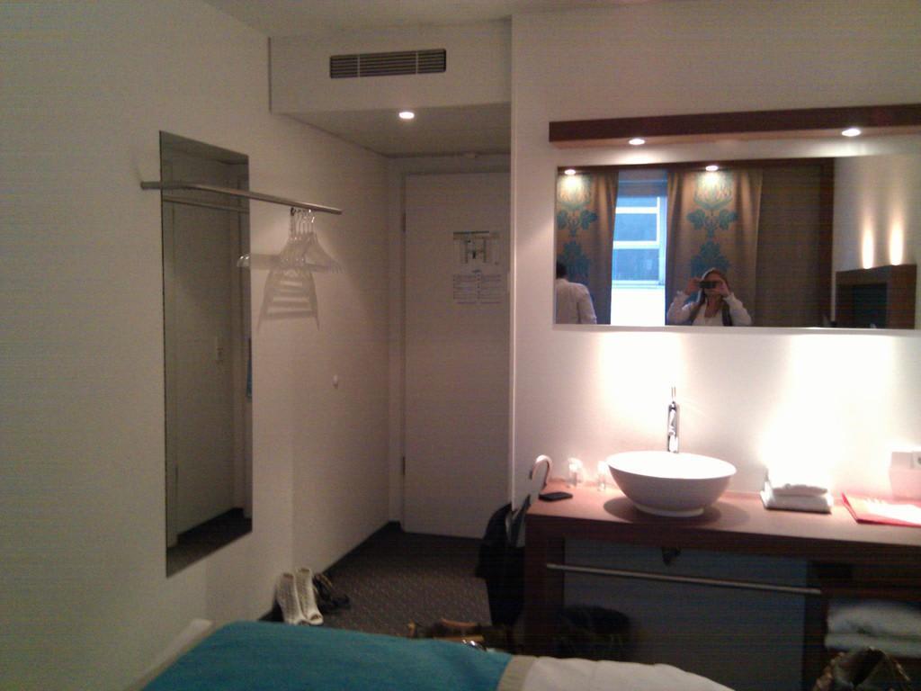 Bild eingang mit ganzk rperspiegel zu motel one m nchen for Motel one doppelzimmer