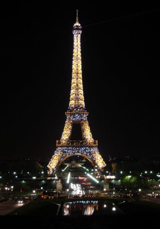 bild eifelturm bei nacht zu eiffelturm in paris. Black Bedroom Furniture Sets. Home Design Ideas