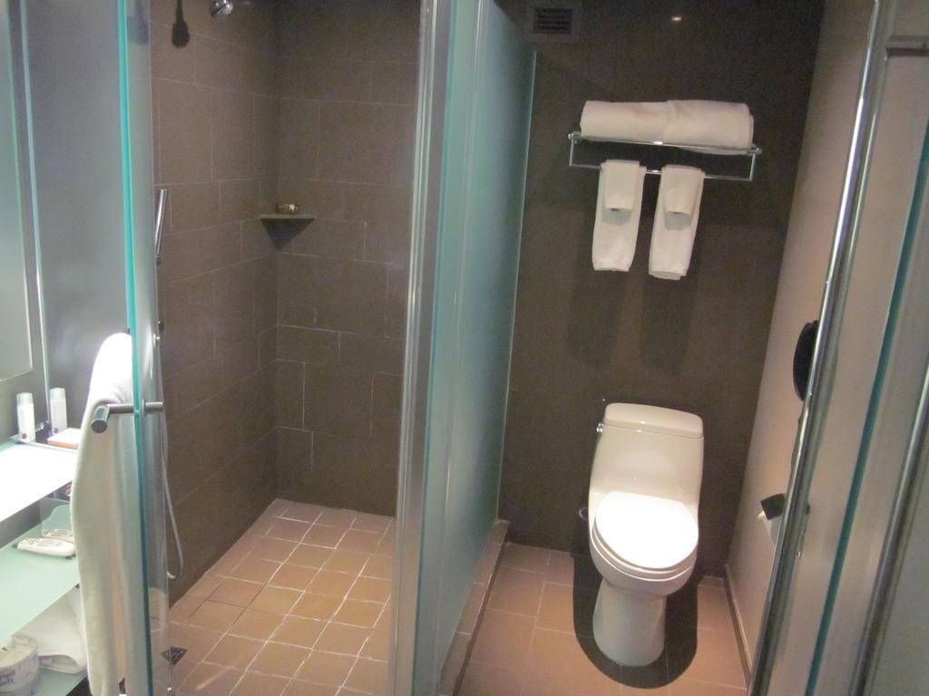 bild duschnische toilette zu mgm grand hotel casino. Black Bedroom Furniture Sets. Home Design Ideas