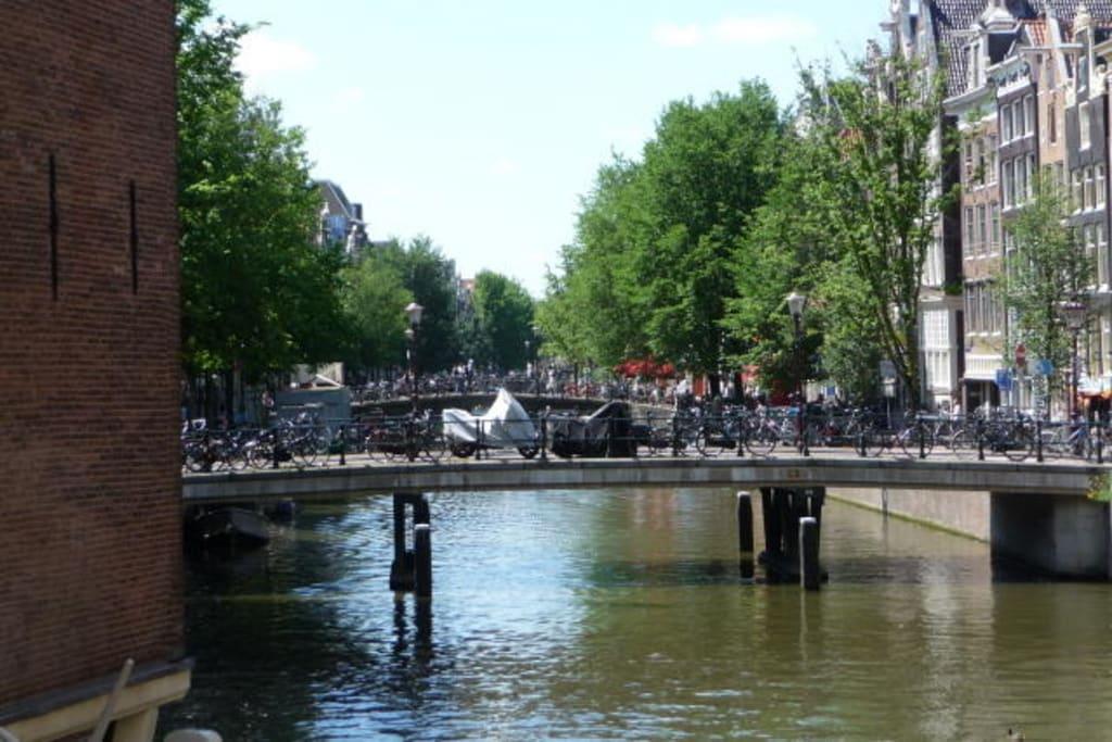 bild die alten br cken von amsterdam zu grachten in amsterdam. Black Bedroom Furniture Sets. Home Design Ideas