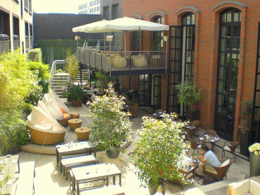 bild innenhof zu east hotel in hamburg. Black Bedroom Furniture Sets. Home Design Ideas