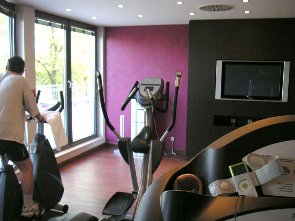 bild fitnessraum mit grossem tv zu nh stuttgart airport. Black Bedroom Furniture Sets. Home Design Ideas