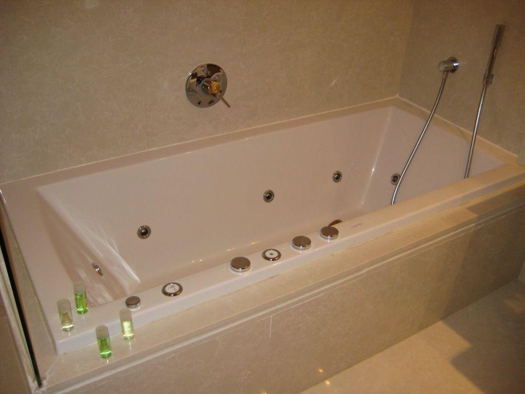 bild wellness badewanne mit massaged sen in der suite zu. Black Bedroom Furniture Sets. Home Design Ideas