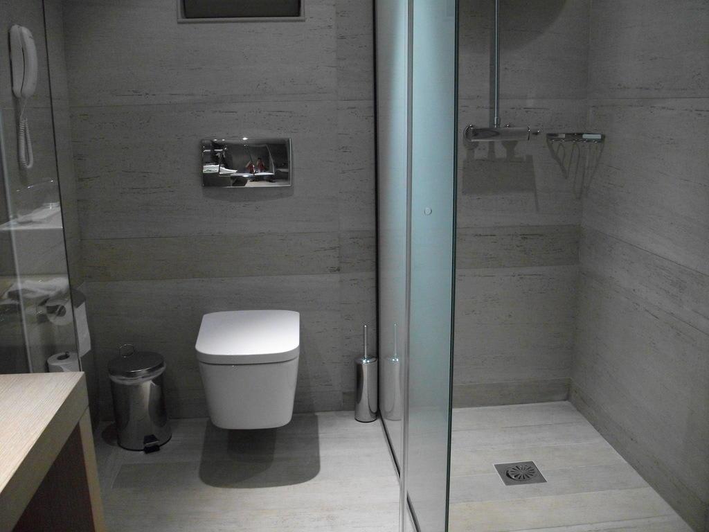 bild toilette und dusche mit glasschiebet r zu aquagrand in lindos. Black Bedroom Furniture Sets. Home Design Ideas