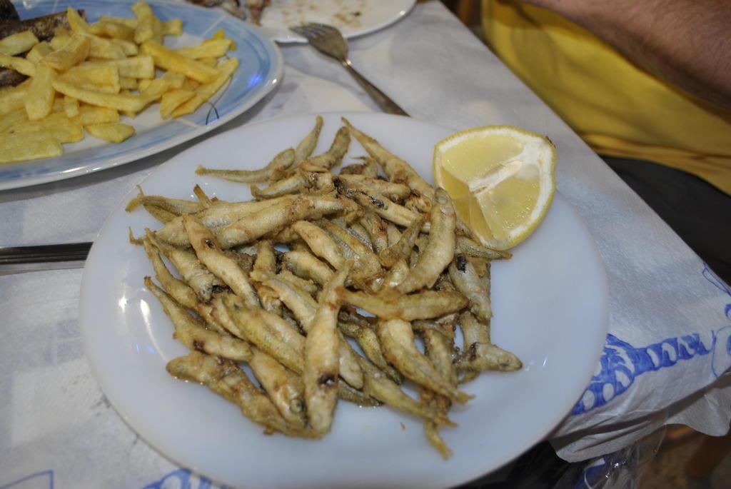 Bild kleine fische zu taverna dimitris in archangelos for Kleine fische