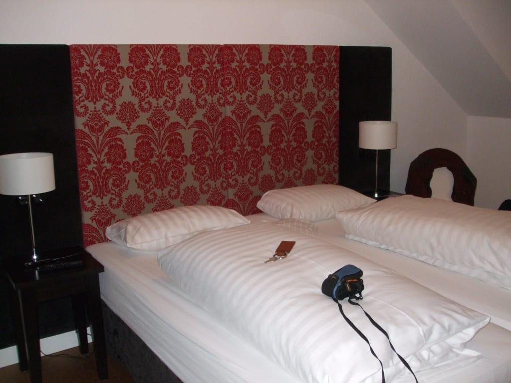bild unter dem dach zu hotel schwarzw lder hof in freiburg im breisgau. Black Bedroom Furniture Sets. Home Design Ideas