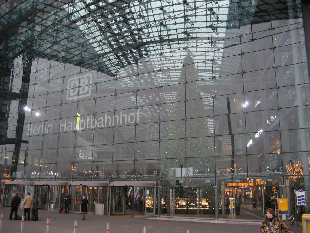 bild hauptbahnhof berlin mit swarowski weihnachtsbaum zu. Black Bedroom Furniture Sets. Home Design Ideas