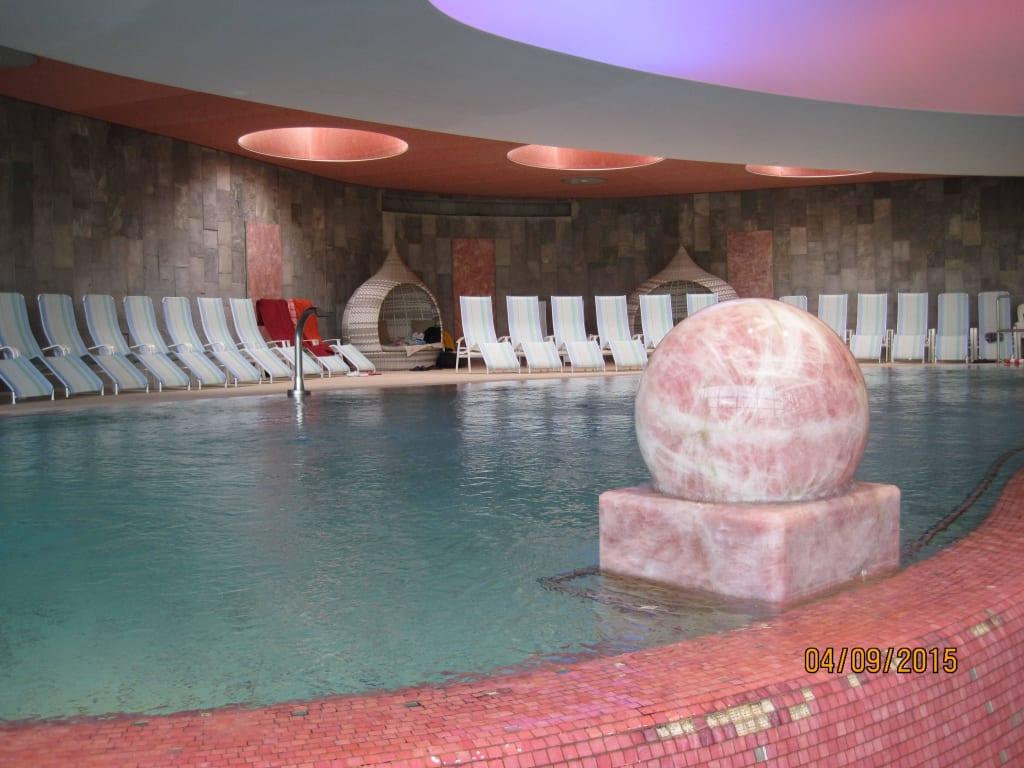 bild sich drehende rosenquarzkugel zu erlebnisbad miramar in weinheim. Black Bedroom Furniture Sets. Home Design Ideas