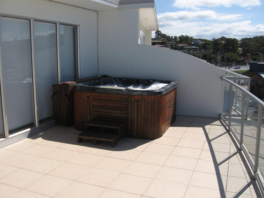 bild jacuzzi auf dem zweiten balkon zu apartment penthouse accommodation bayswater tugun in. Black Bedroom Furniture Sets. Home Design Ideas