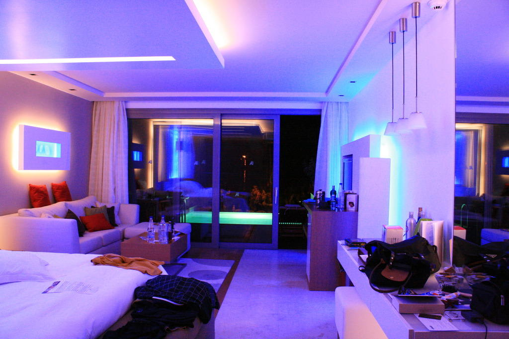 Bild elite suites coole beleuchtung zu amathus elite for Zimmer einrichtungen