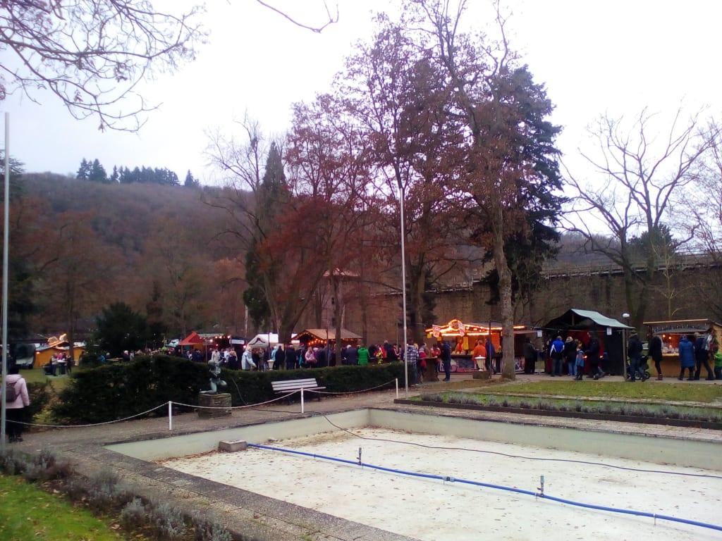 Bad Kreuznach Weihnachtsmarkt.Bild Romantischer Weihnachtsmarkt Kurpark Bad Munster Zu