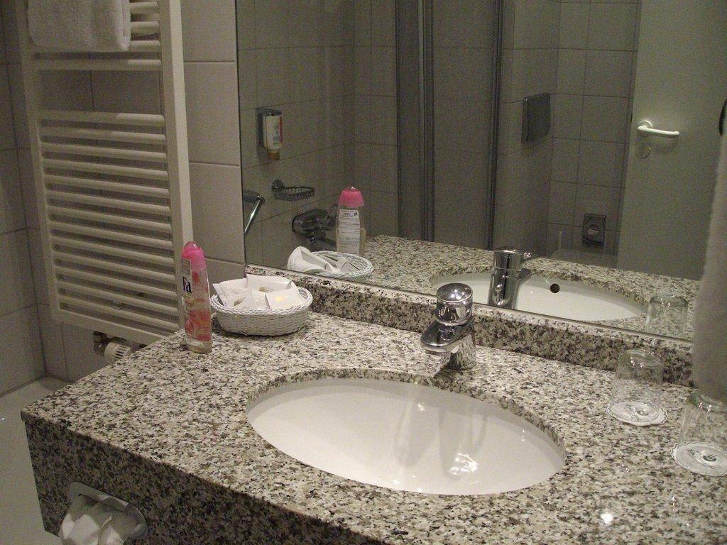 badezimmer waschtischplatte ber ideen zu. Black Bedroom Furniture Sets. Home Design Ideas
