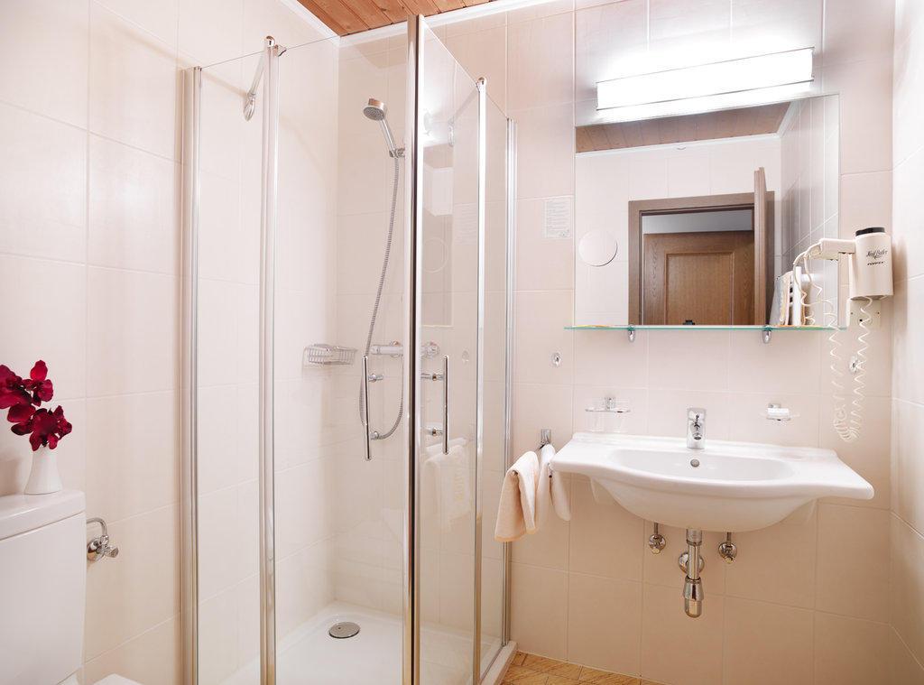 Bild badezimmer neu comfort zu hotel habhof m sern in m sern for Badezimmer neu