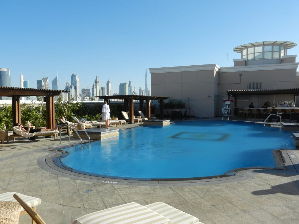 bild pool auf dem dach zu hotel ramada jumeirah in dubai. Black Bedroom Furniture Sets. Home Design Ideas