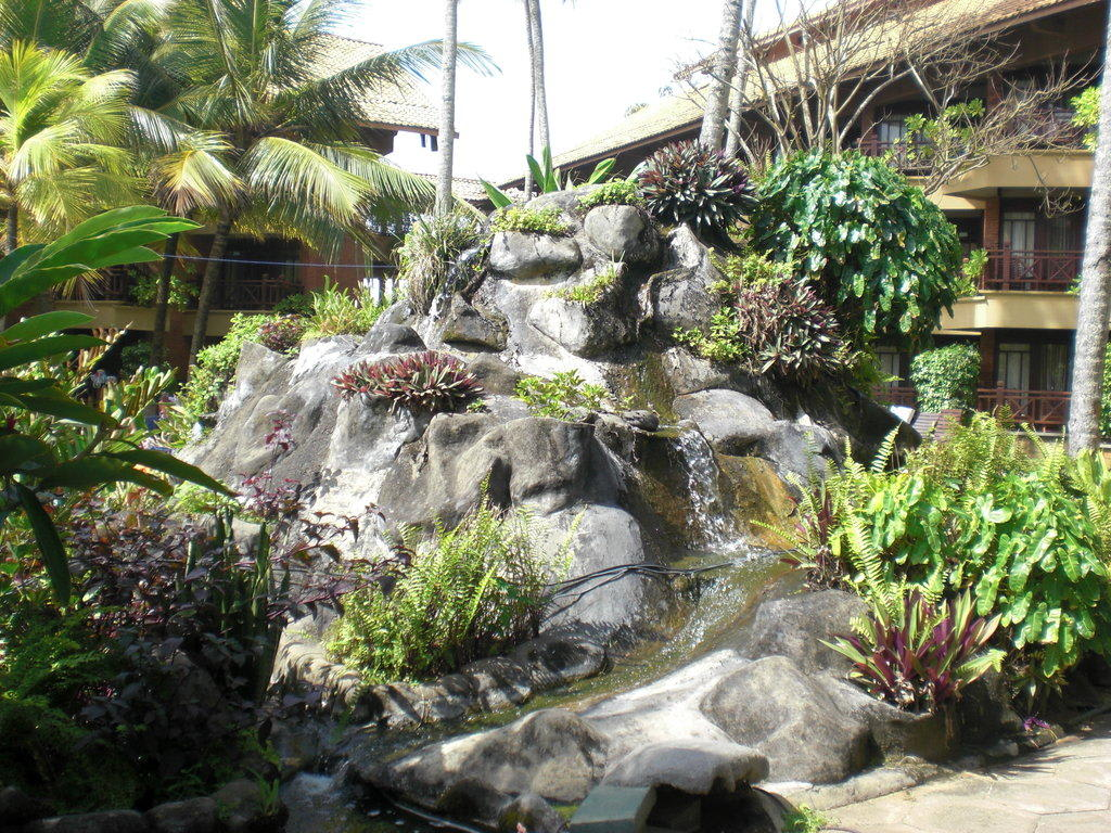 bild wasserfall im garten zu hotel royal palms beach in kalutara. Black Bedroom Furniture Sets. Home Design Ideas