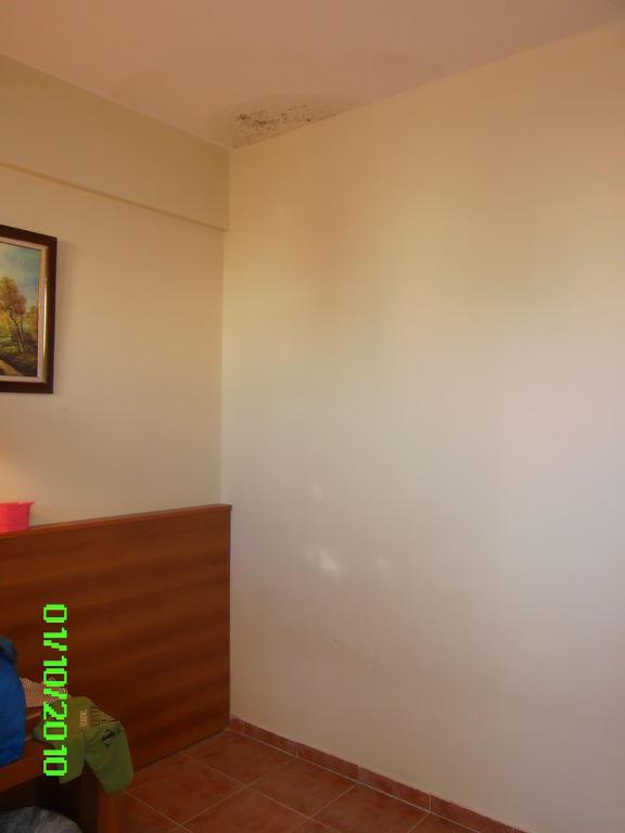 bild kinderzimmer nasse wand mit schimmel an der decke zu family club belinda geschlossen in. Black Bedroom Furniture Sets. Home Design Ideas
