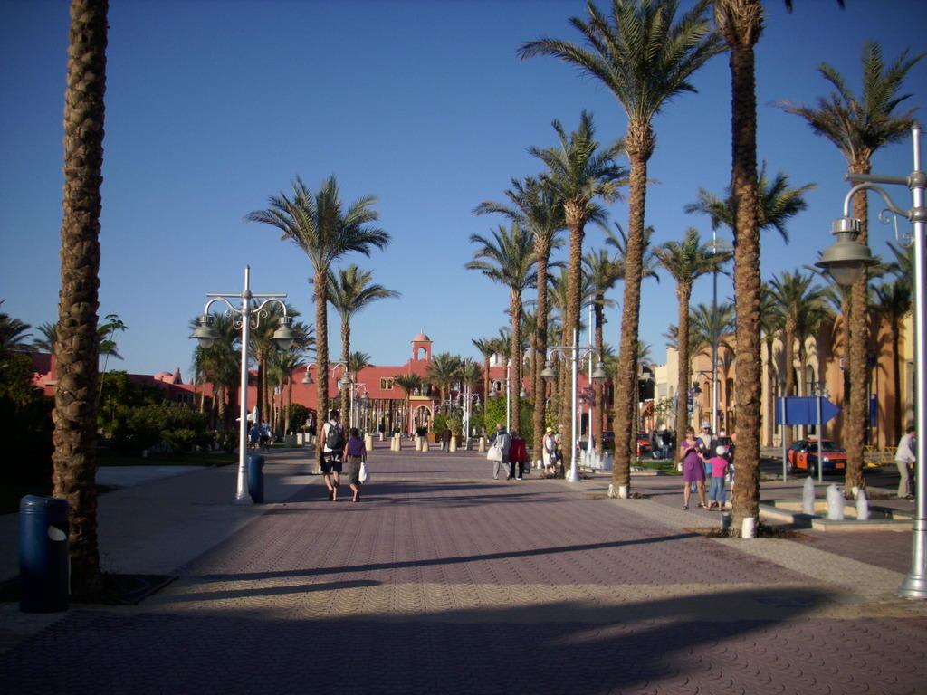 bild promenade vor dem hotel grand resort zu strandpromenade hurghada in hurghada. Black Bedroom Furniture Sets. Home Design Ideas