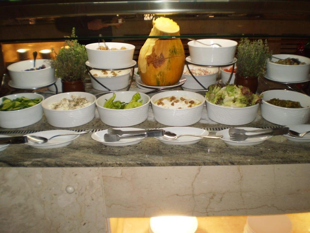 bild diverse salate zum fr hst ck zu m venpick resort spa el gouna in el gouna. Black Bedroom Furniture Sets. Home Design Ideas