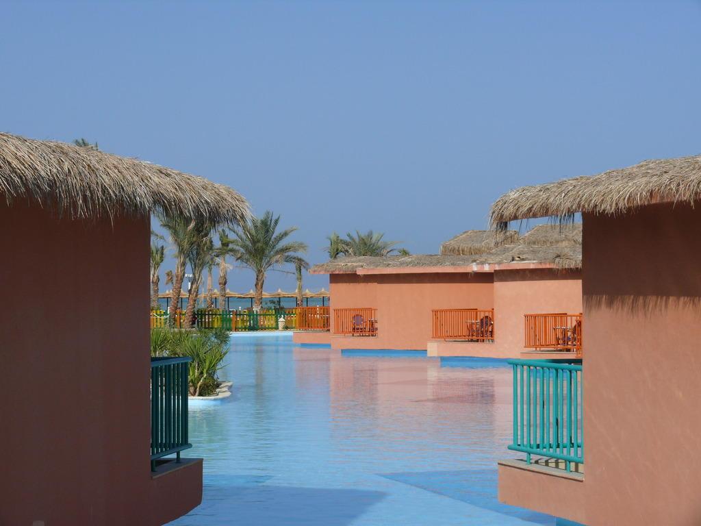 bild bungalow mit eigenem pool zu hotel titanic beach spa aqua park in hurghada. Black Bedroom Furniture Sets. Home Design Ideas