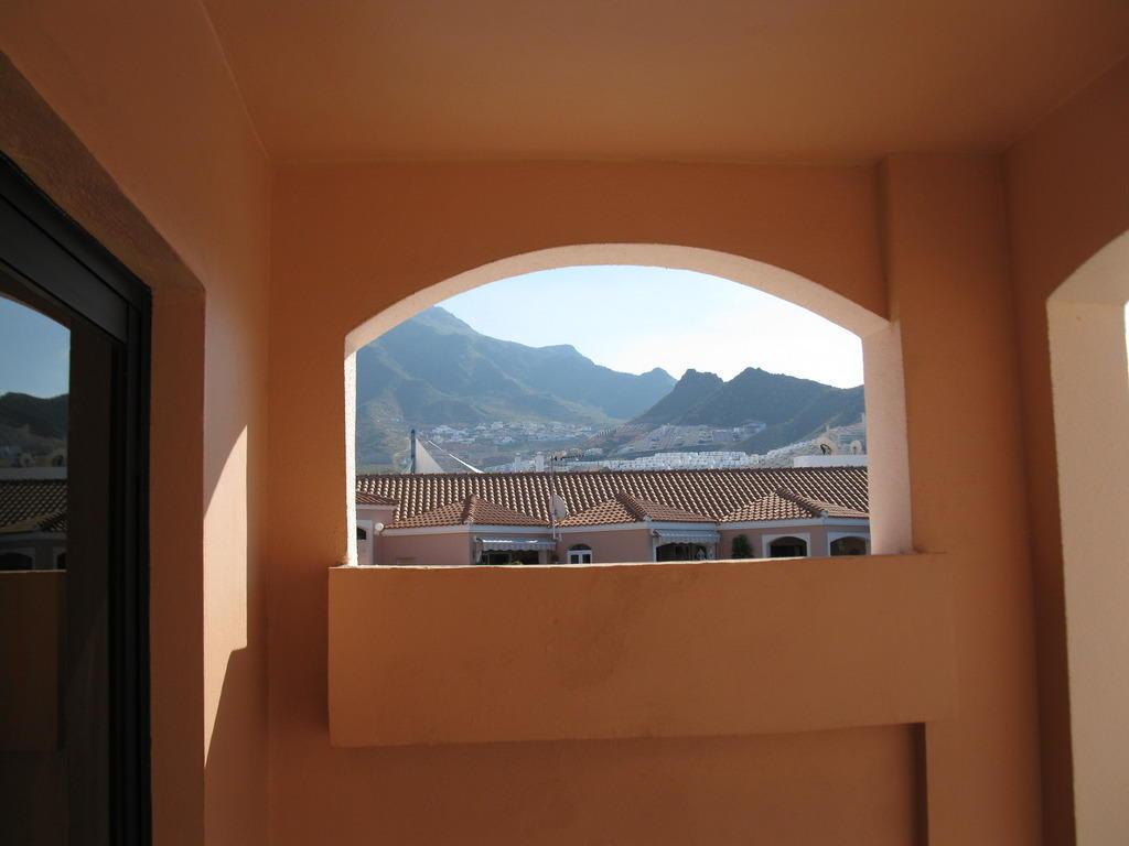 Bild ausblick durch eine seitenwand vom balkon zu hotel sol sun beach in costa adeje - Balkon seitenwand ...