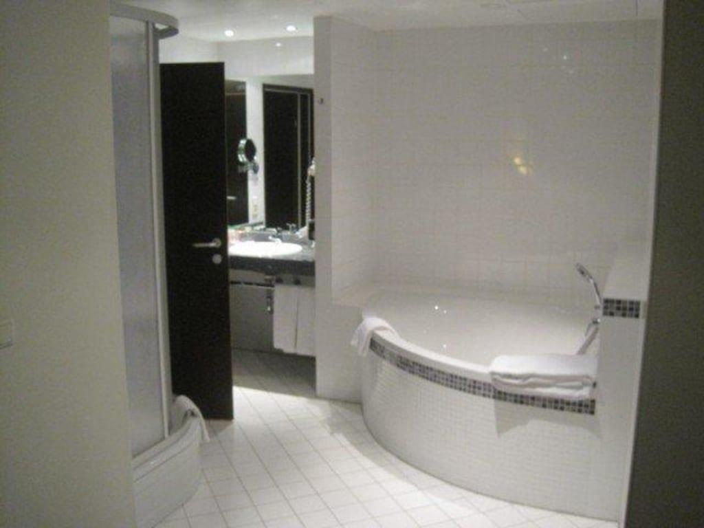 badezimmer mit eckbadewanne raum und m beldesign. Black Bedroom Furniture Sets. Home Design Ideas