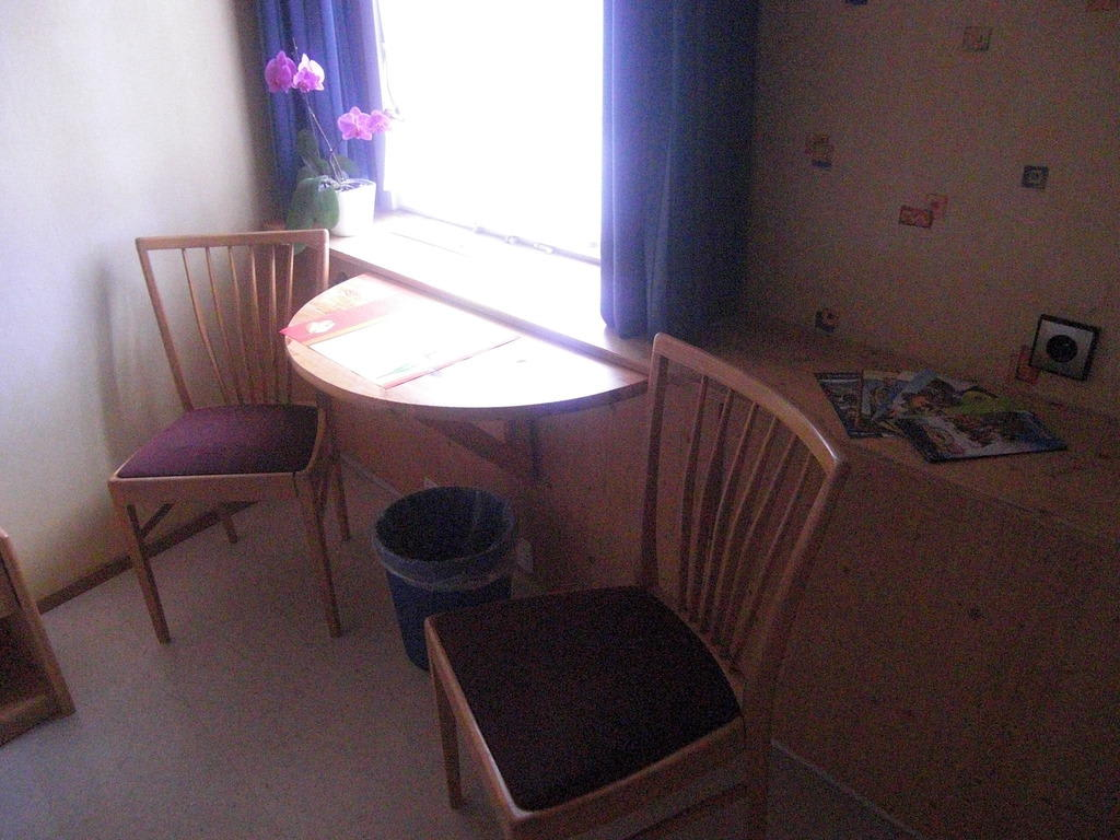 bild kleine sitzecke im zimmer zu gasthof zum ochsen in v hrenbach. Black Bedroom Furniture Sets. Home Design Ideas
