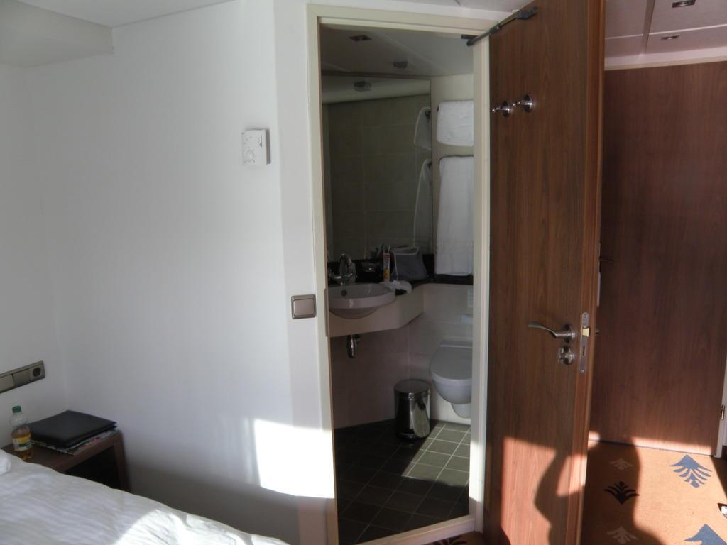 bild blick ins bad dusche zu alina in. Black Bedroom Furniture Sets. Home Design Ideas