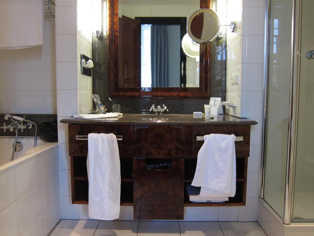 bild zimmer 157 bad zu hotel taschenbergpalais kempinski dresden in dresden. Black Bedroom Furniture Sets. Home Design Ideas