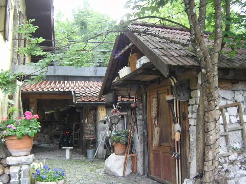 Bild m llh tte zugang zum ferienhaus und garten zu for Gartengestaltung landhaus