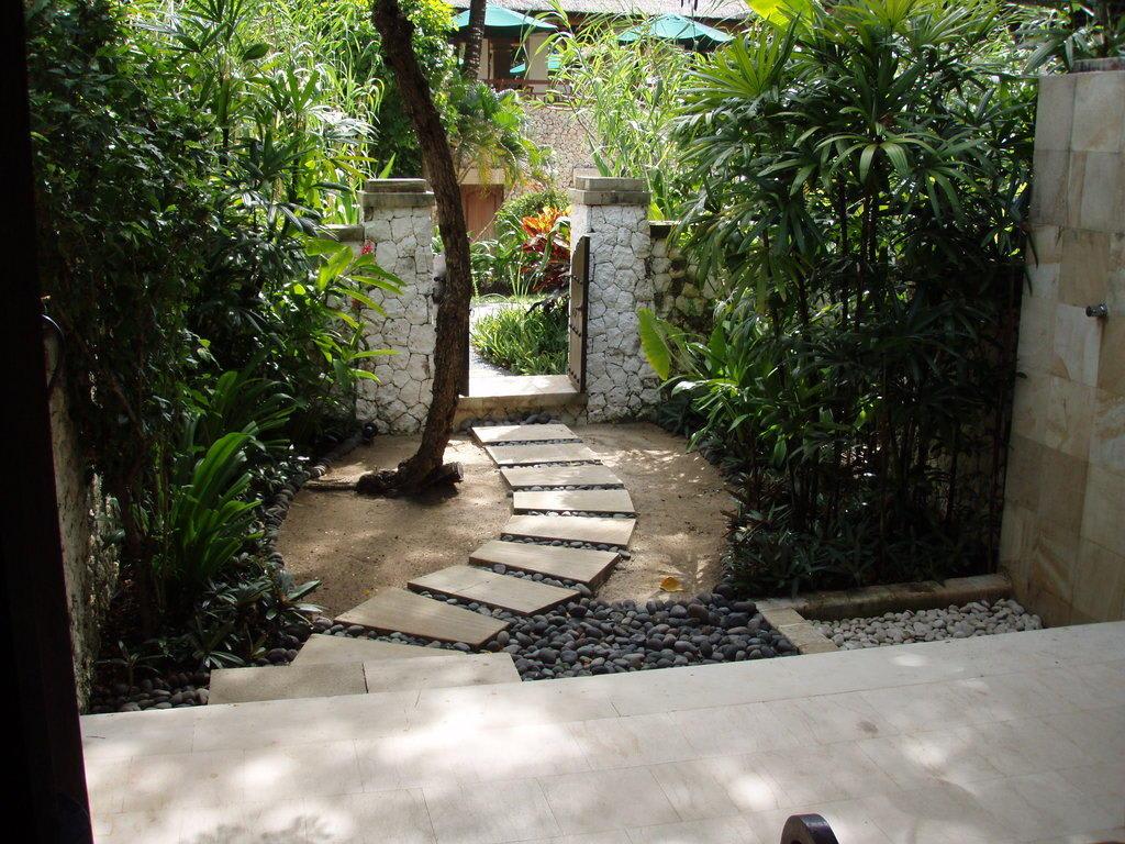 bild der kleine garten des tropical terrace zimmers zu hotel novotel benoa bali in tanjung benoa. Black Bedroom Furniture Sets. Home Design Ideas