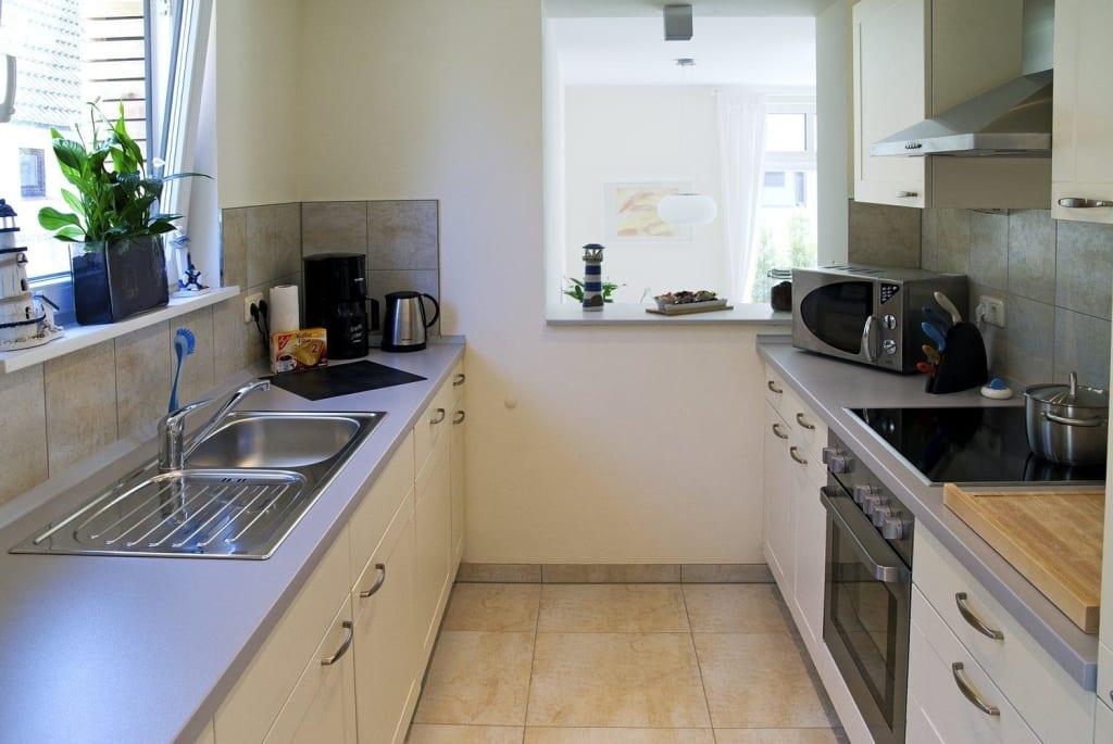 bild moderne k che mit durchreiche zum esszimmer zu ab. Black Bedroom Furniture Sets. Home Design Ideas