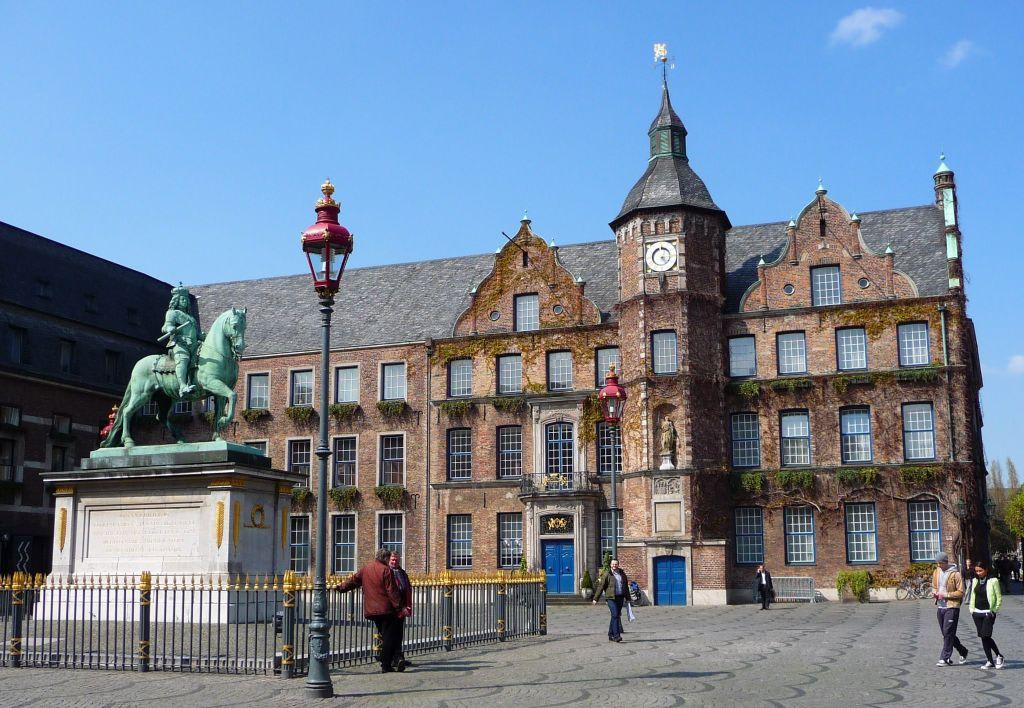 bild d sseldorfer rathaus mit jan wellem denkmal zu altstadt d sseldorf in d sseldorf. Black Bedroom Furniture Sets. Home Design Ideas