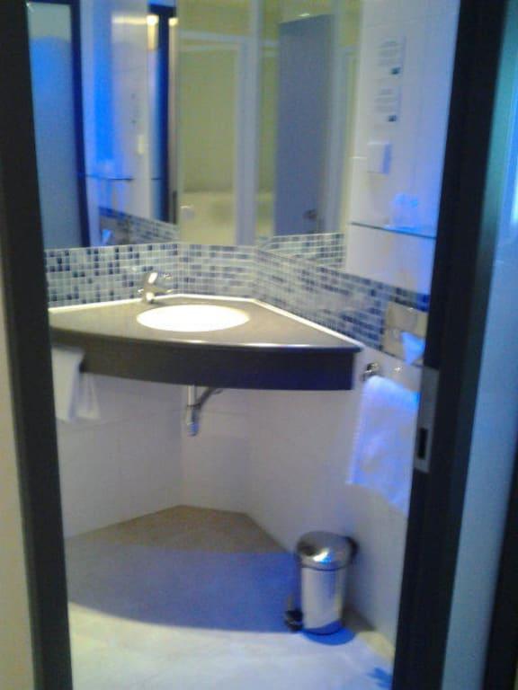 bild das kleine badezimmer zu holiday inn express hotel bremen airport in bremen. Black Bedroom Furniture Sets. Home Design Ideas