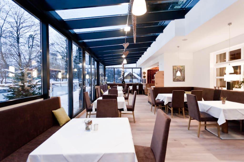 bild wintergarten restaurant zirngast zu restaurant. Black Bedroom Furniture Sets. Home Design Ideas