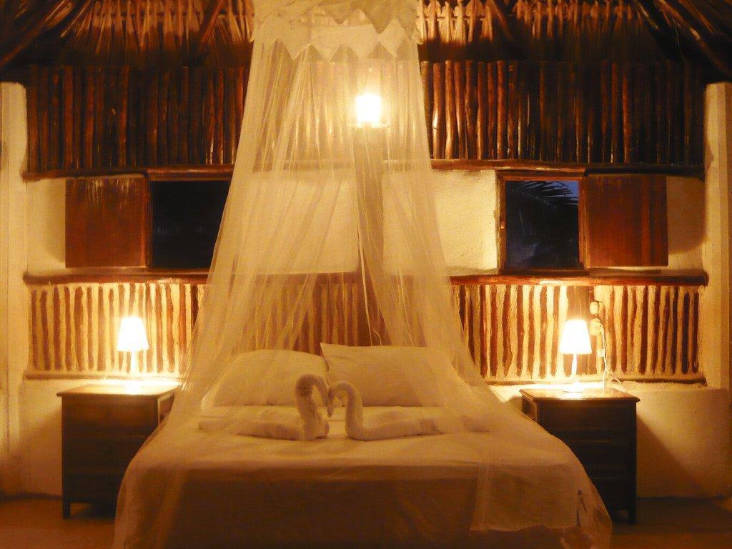 bohemian style schlafzimmer weiss backsteinwand bettdecke. Black Bedroom Furniture Sets. Home Design Ideas