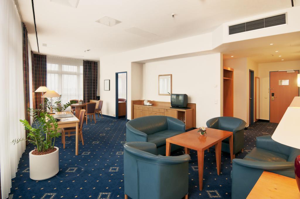 Bild suite zu hotel holiday inn hamburg in hamburg for Suite hotel hamburg