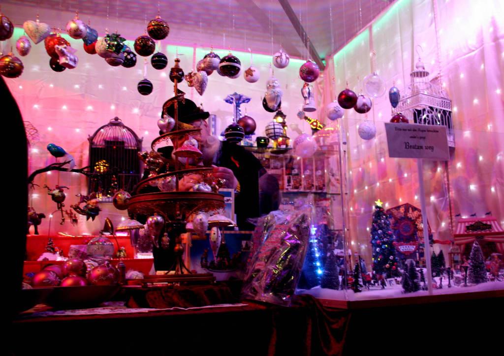 Pinker Weihnachtsmarkt.Bild Bunte Weihnachtsdekoration Zu Weihnachtsmarkt Pink