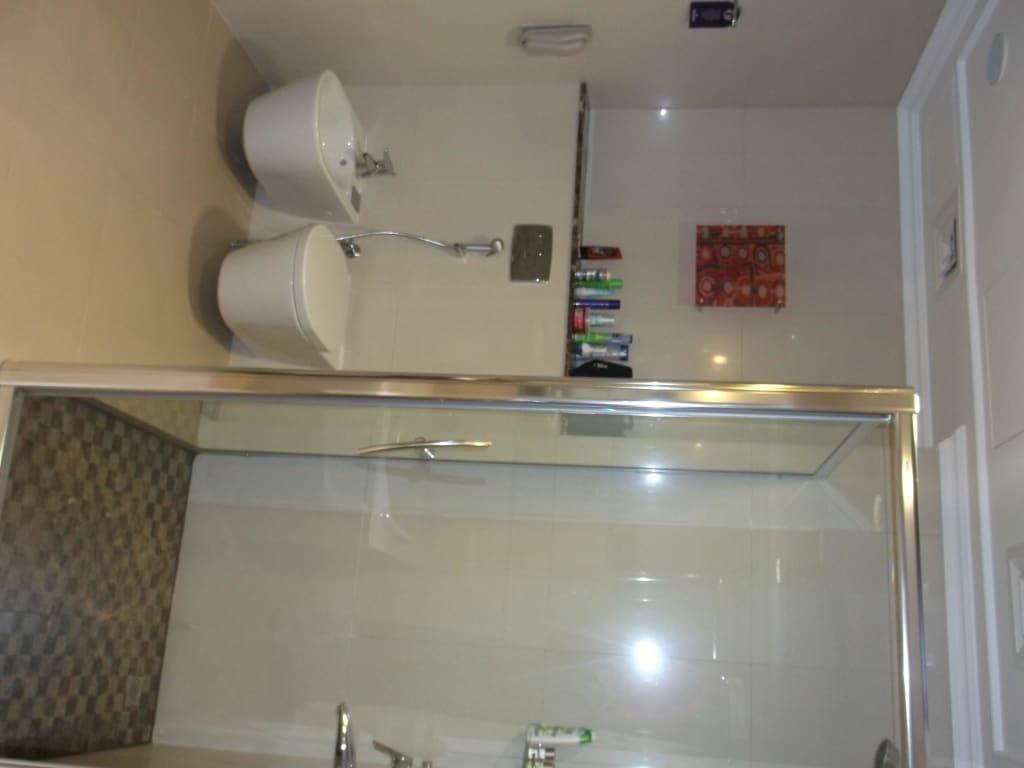 bild dusche und wc bidet zu park regis kris kin hotel in dubai. Black Bedroom Furniture Sets. Home Design Ideas