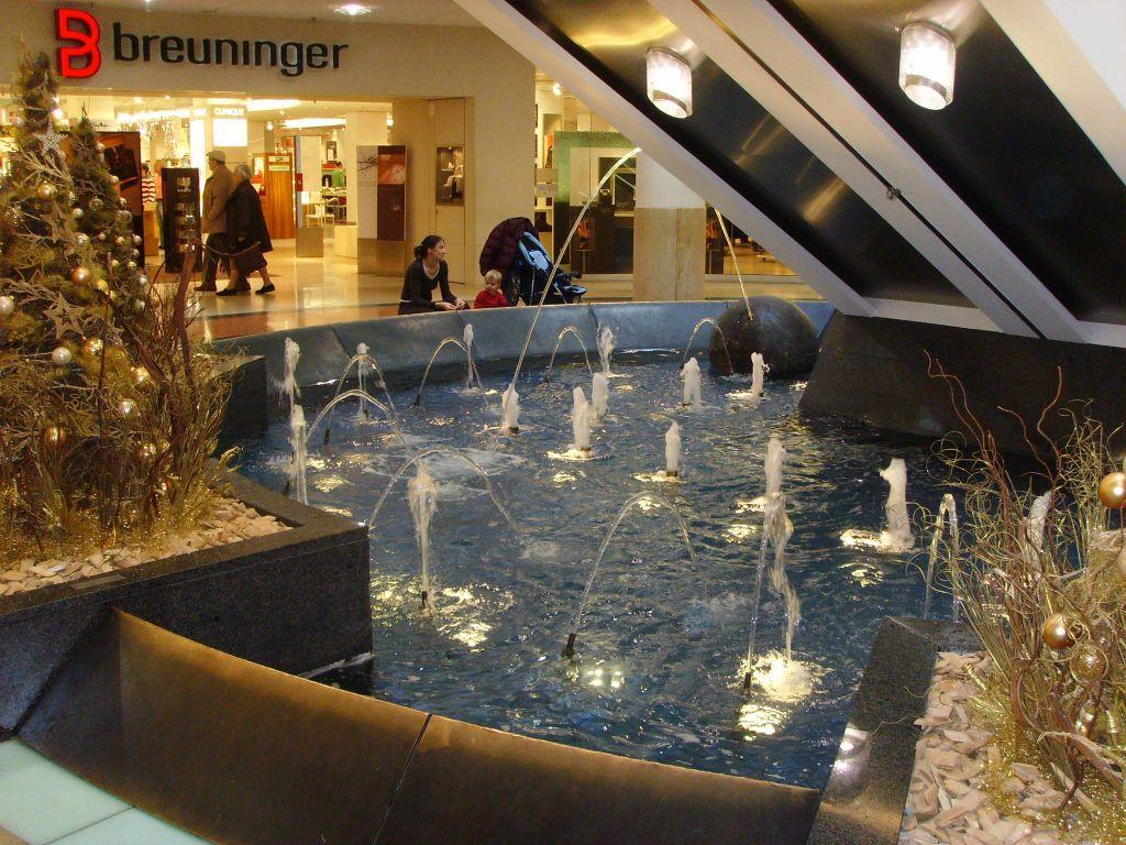 bild brunnen und weihnachtsdeko zu breuningerland ludwigsburg in ludwigsburg. Black Bedroom Furniture Sets. Home Design Ideas