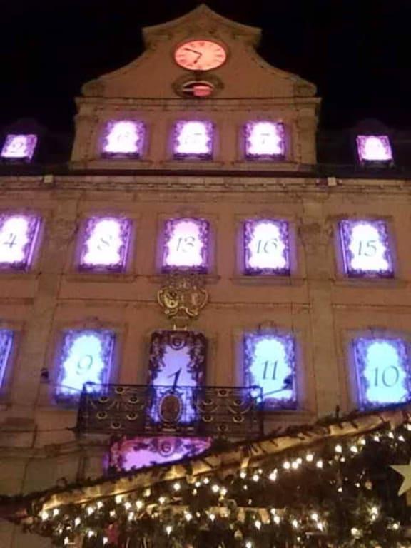 Schwäbisch Gmünd Weihnachtsmarkt.Bild Rathaus Mit Adventkalender Zu Weihnachtsmarkt Schwäbisch