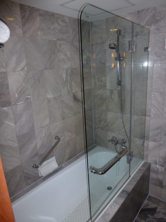 bild badewanne mit dusche ohne vorhang zu rembrandt hotel bangkok in bangkok. Black Bedroom Furniture Sets. Home Design Ideas