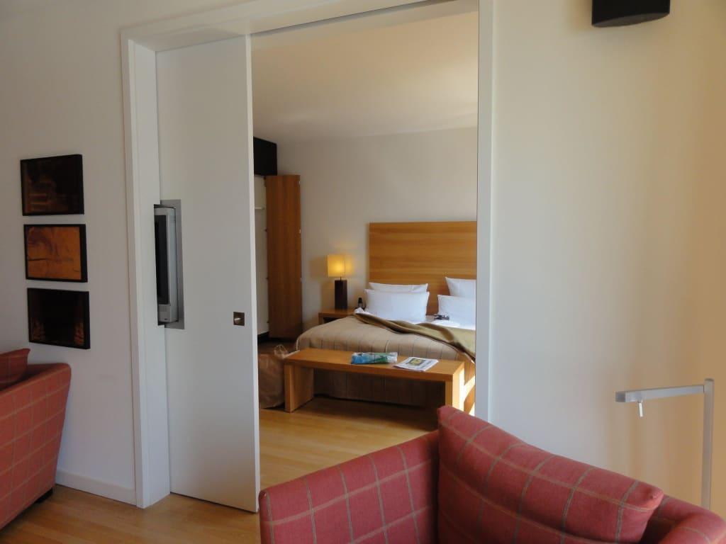 bild wohnzimmer mit blick ins schlafzimmer schiebet r zu clipper elb lodge in hamburg. Black Bedroom Furniture Sets. Home Design Ideas