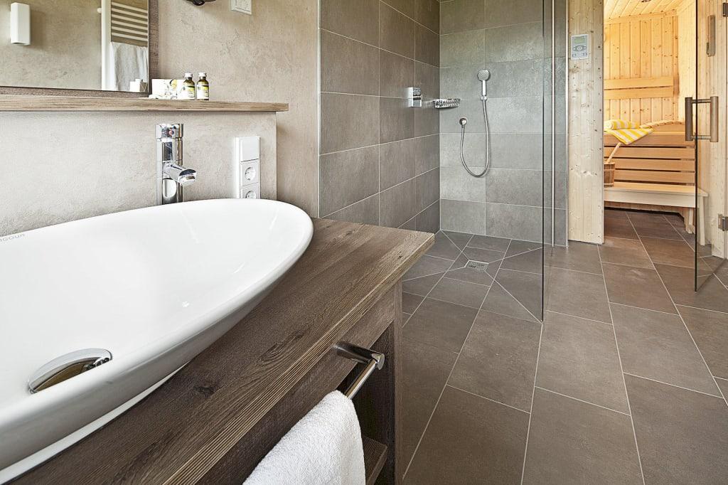 bild badezimmer mit sauna bathroom with sauna zu. Black Bedroom Furniture Sets. Home Design Ideas
