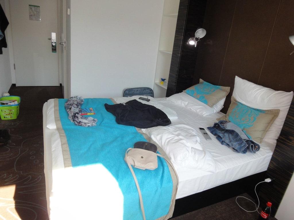 bild queensize bett zu motel one berlin bellevue in. Black Bedroom Furniture Sets. Home Design Ideas