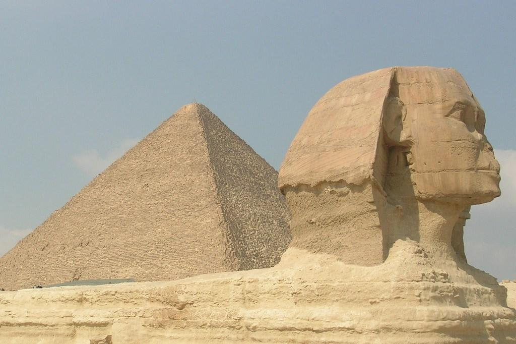 bild sphinx pyramide zu pyramiden von gizeh in giza. Black Bedroom Furniture Sets. Home Design Ideas