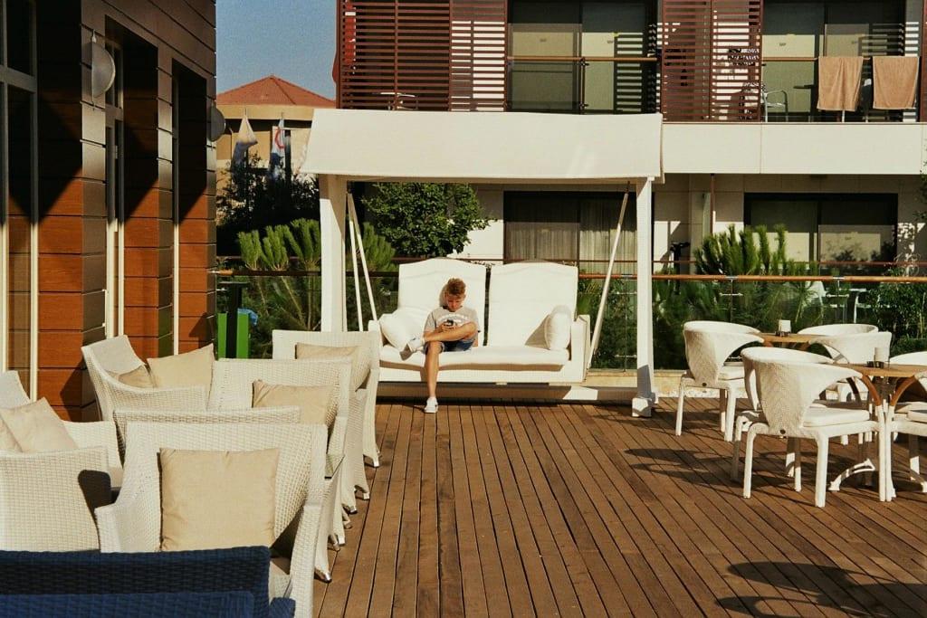 bild hollywoodschaukel zu trendy verbena beach hotel in evrenseki. Black Bedroom Furniture Sets. Home Design Ideas