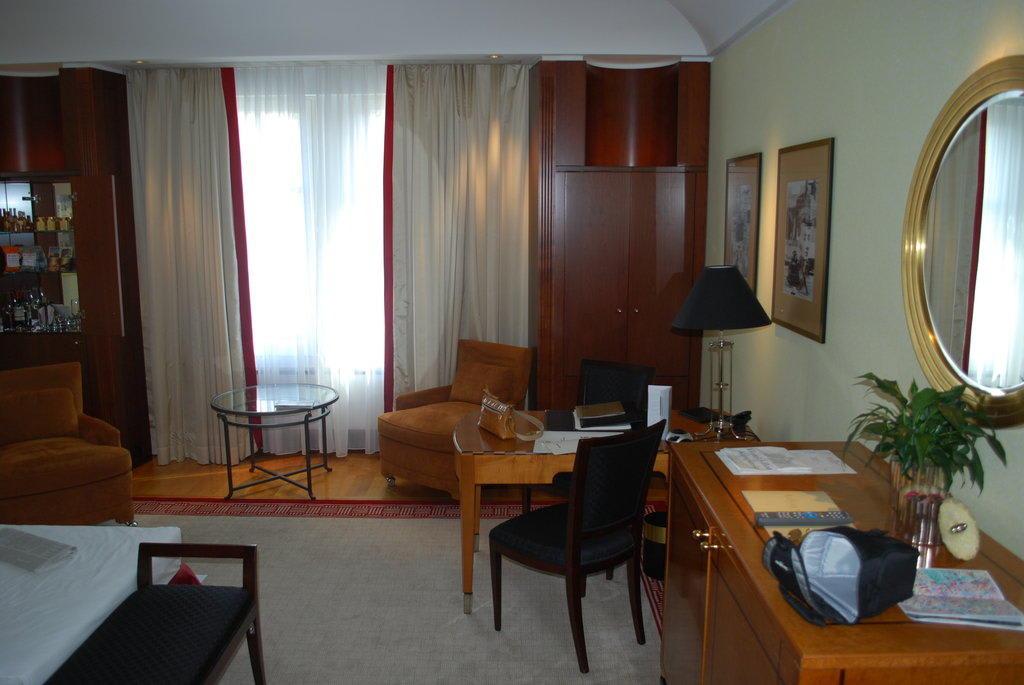 bild zimmer im adlon zu hotel adlon kempinski berlin in berlin mitte. Black Bedroom Furniture Sets. Home Design Ideas
