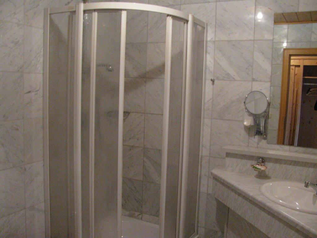 bild neues badezimmer zu wellness golf resort bayerischer hof in rimbach. Black Bedroom Furniture Sets. Home Design Ideas