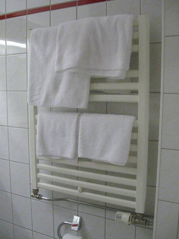 bild bad heizk rper handtuchhalter zu ifa r gen hotel ferienpark in binz auf r gen. Black Bedroom Furniture Sets. Home Design Ideas